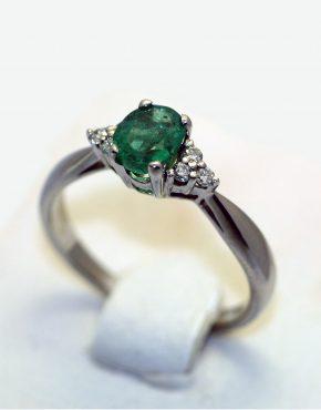 кольцо из белого золота с изумрудом