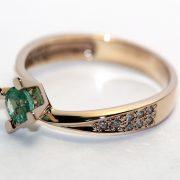 кольцо с изумрудом и