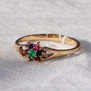 золотое кольцо с разноцветными камнями