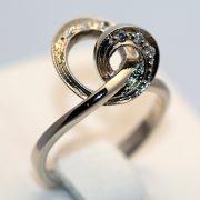 купить золотое кольцо с бриллиантами