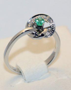 кольцо белое золото с изумрудом