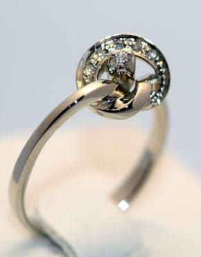 кольцо с бриллиантами в белом