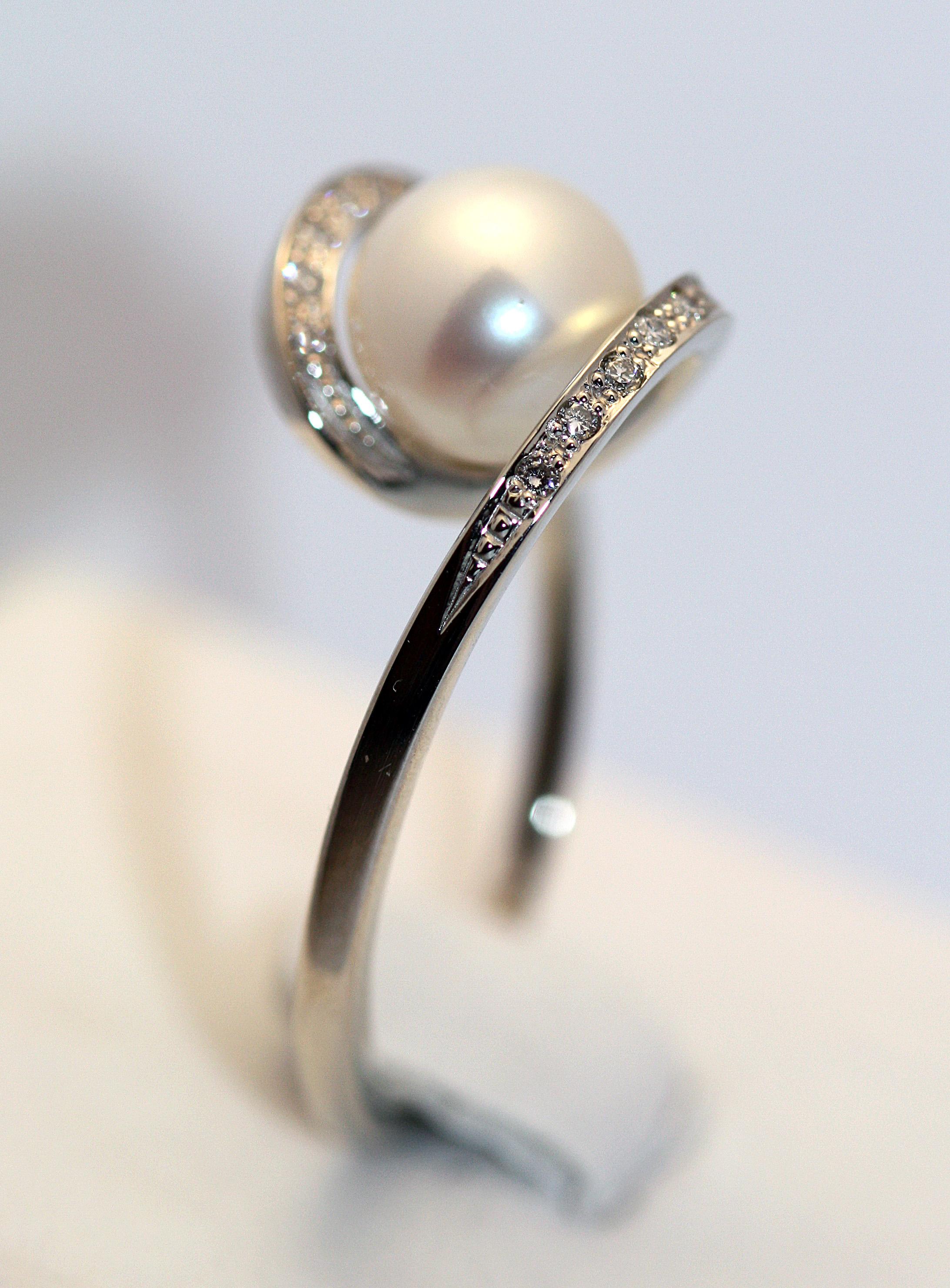 Золотое кольцо «Пружинка» с бриллиантами и белым жемчугом Золотые кольца,  Бриллианты, Жемчуг 3c506e4cc04