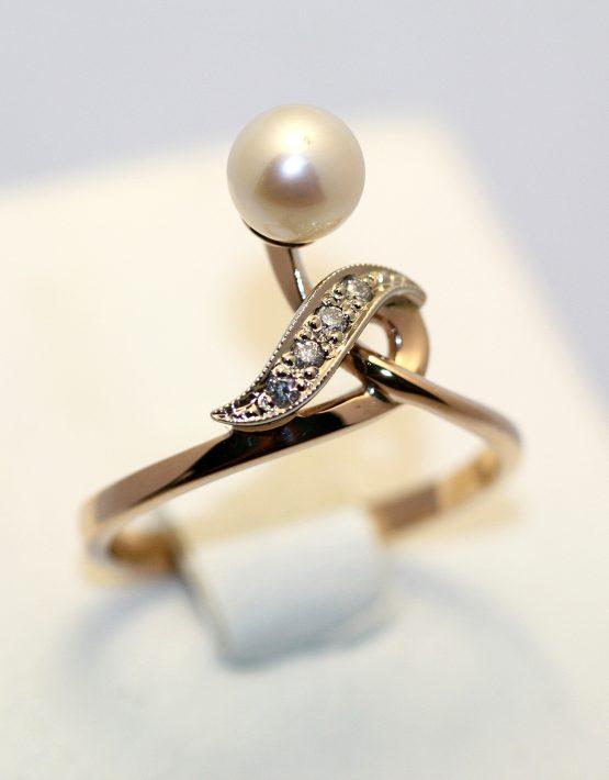 купить кольцо с белым жемчугом