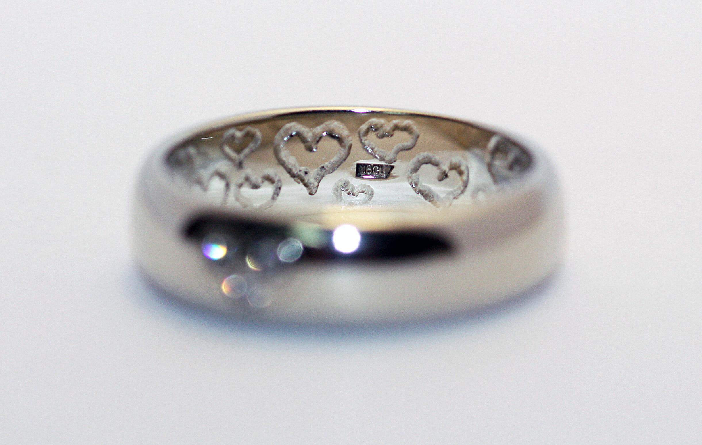 b201c7f2dd80 Обручальное кольцо с 3 бриллиантами и гравировкой Золотые кольца, Бриллианты,  Обручальные кольца