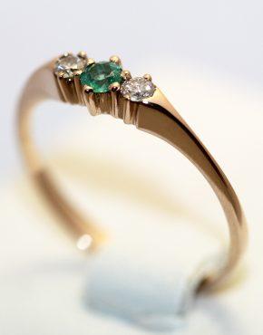 Кольцо 585 пробы с бриллиантами и изумрудом