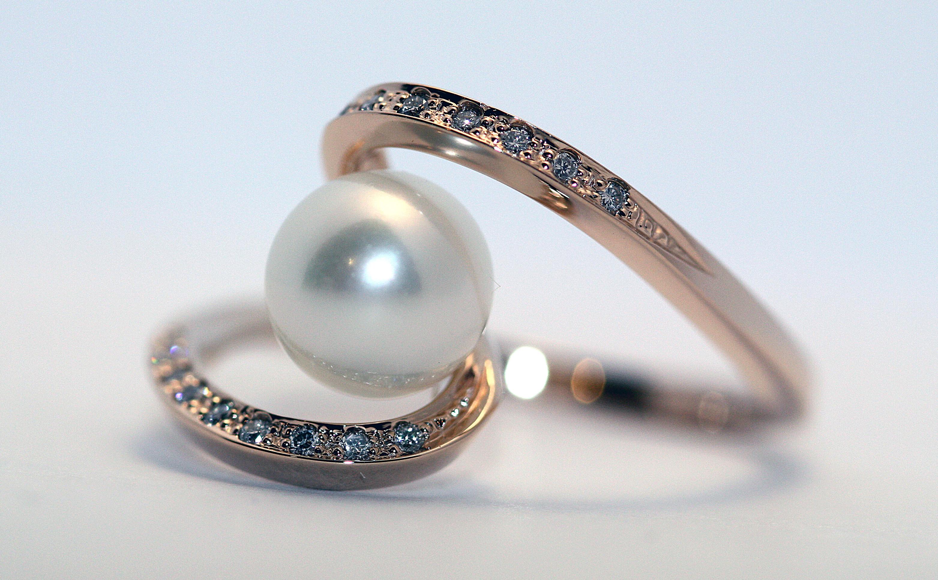 Золотое кольцо «Пружинка» с жемчугом и бриллиантами Золотые кольца,  Бриллианты, Жемчуг 4a0eb7801f3