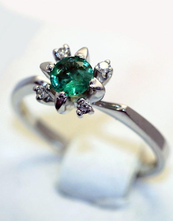 кольцо изумруд в белом