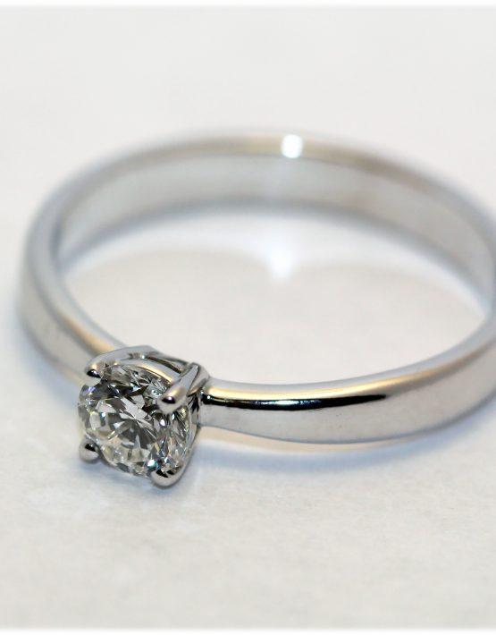 кольцо с одним бриллиантом