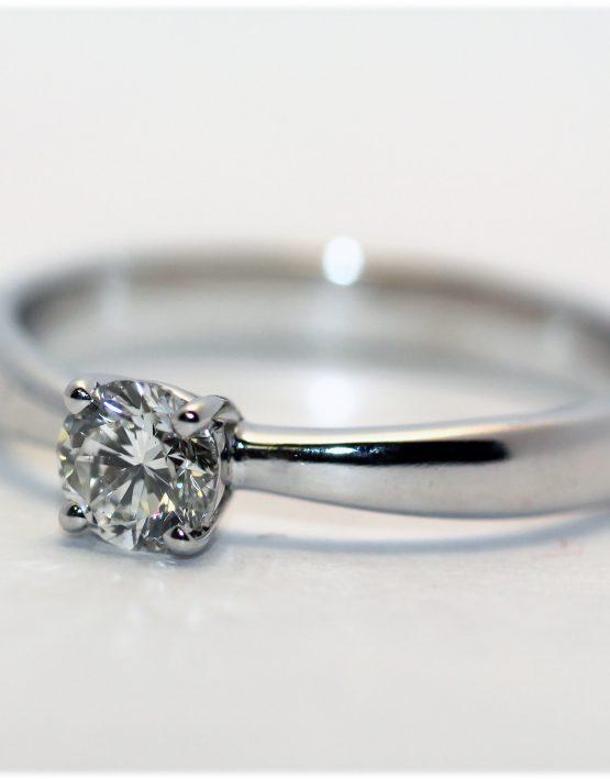 3403fde05269 Кольцо с одним бриллиантом 0,25 карат   Золотые кольца   Mirus Gold